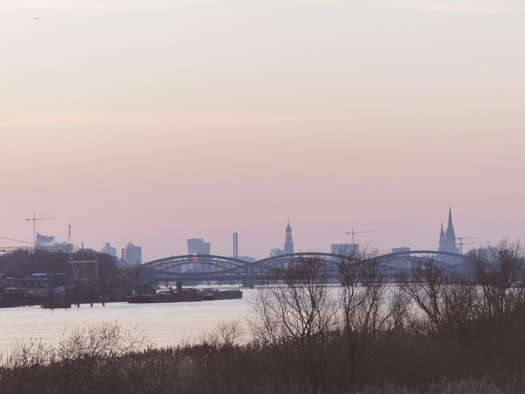 Früh am Morgen liegen Elbe und Hamburg noch in seeliger Ruhe. Hier ist man weit ab vom Großstadtlärm. (Creative Commons / Dennis Schulz @Flickr)