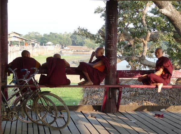 Buddhistische Mönche auf der U-Bein-Brücke in Amarapura