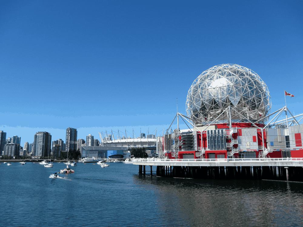 Die TELUS World of Science mit Downtown und dem BC Place Stadium im Hintergrund