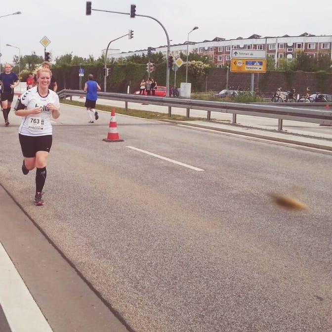 Pure Freude auf Kilometer drei beim Rostocker Halbmarathon