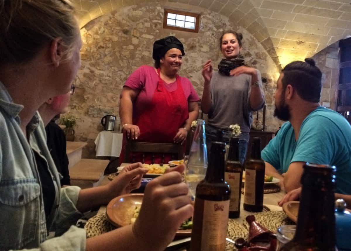 Belen ist die Küchenfee der Finca und zaubert jeden Abend mallorquinische Köstlichkeiten
