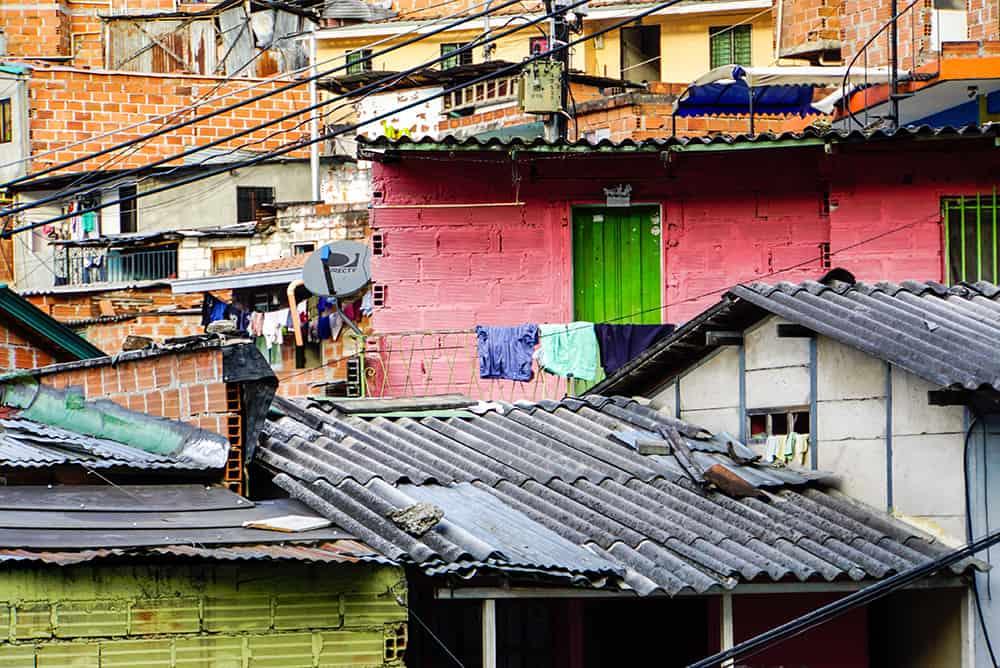 Bunte Häuser in der Comuna 13 in Medellín