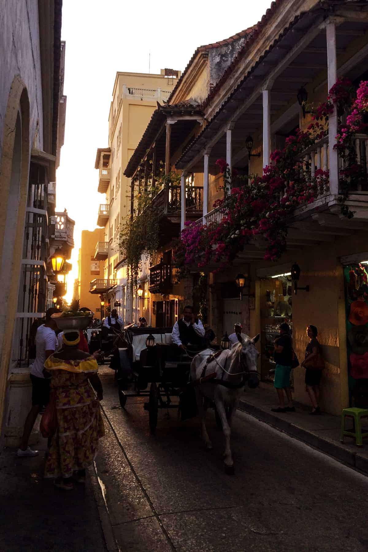 Straßenzug im Sonnenuntergang in Cartagena