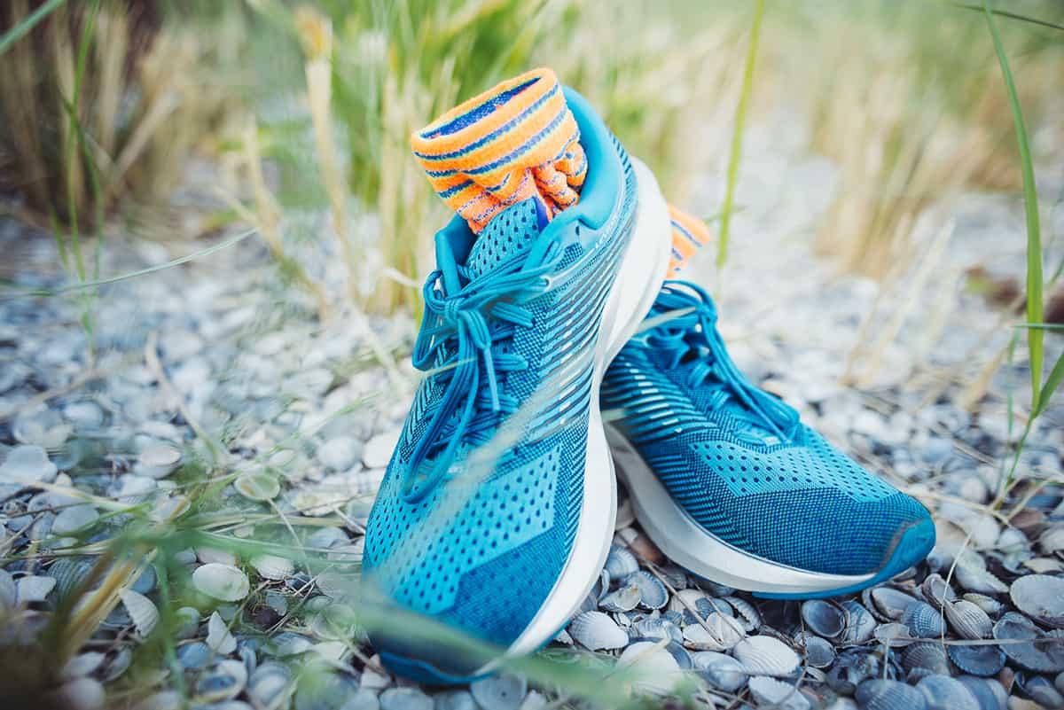 Laufschuhe und Socken für Laufanfänger